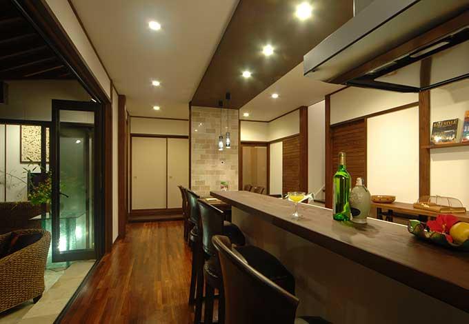 カネタケ竹内建築【デザイン住宅、自然素材、高級住宅】無垢の一枚板を惜しげもなく使用した、本格的なバーカウンターをテラス近くに設置。ガーデンパーティーなど、南国スタイルを満喫。チェアは現地で作らせたカネタケオリジナル品