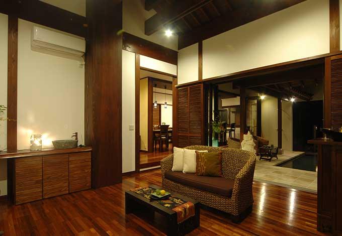 棟までそびえる尺九寸(58cm)、高さ5mのどっしりとした大黒柱が堂々たる威容を誇るLDK。床を一段下げて縦空間をより強調し、開放感たっぷり