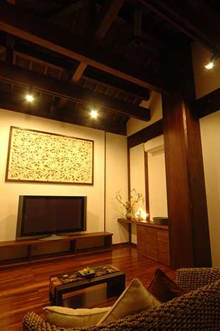 石のレリーフはこの家にふさわしいアートとして、現地の職人が彫り上げた作品。施工からインテリアコーディネートまでトータルプロデュースする『カネタケ竹内建築』オジリナル商品(120cm×200cm)