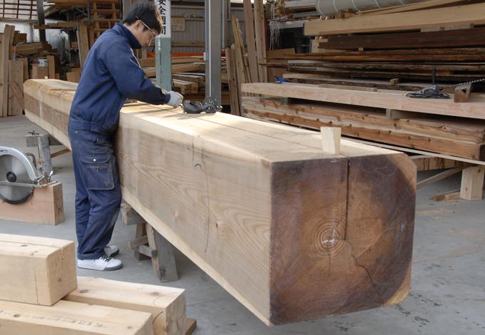 目利きの職人が良質な国産材の原木を仕入れ、自社作業場で皮むきから墨付けまで行っている。木の性質を見極め、どこに使うのが最適か判断する目は熟練の成せる技