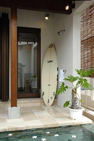 カネタケ竹内建築【デザイン住宅、自然素材、高級住宅】ウォーターガーデンのプールサイドにはシャワースペースを設置。サーフィンが趣味のご主人の希望