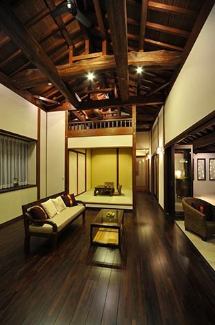 カネタケ竹内建築【デザイン住宅、自然素材、高級住宅】棟までそびえる51cm角の大黒柱が存在感を放つリビング。解放感あふれる天井の梁は、野物を木組みした匠の伝統技。小上がりの和室にはロフトを設置
