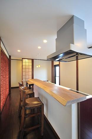 カネタケ竹内建築【デザイン住宅、自然素材、高級住宅】すっきりとして無駄のないキッチンは動線にも配慮して機能的に。正面奥が寝室なので、視線に配慮してオリジナルデザインの組子で仕切ってある。照明を含め空間をトータルにコーディネートすることで、五感に心地よく響くバランスのとれた空間に