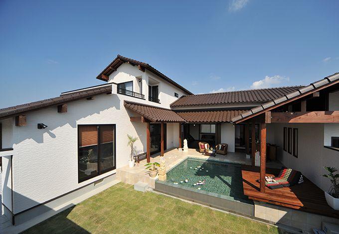 カネタケ竹内建築【デザイン住宅、自然素材、高級住宅】青空に映えるバリ住宅。庭を中心にコの字を囲み外部から完全に隔離された空間とすることで「我が家リゾート」を実現