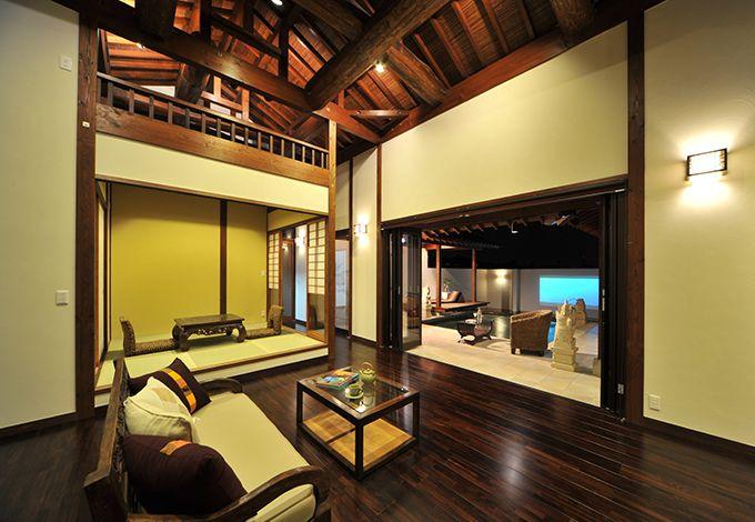 カネタケ竹内建築【デザイン住宅、自然素材、高級住宅】大きな窓からはたっぷりの陽が降り注ぎ、四季折々の光と風を楽しめる。内と外の垣根をなくす、リビング・ガーデン一体設計によりフルオープンにできる全開口サッシを介して自由気ままに行き来できる