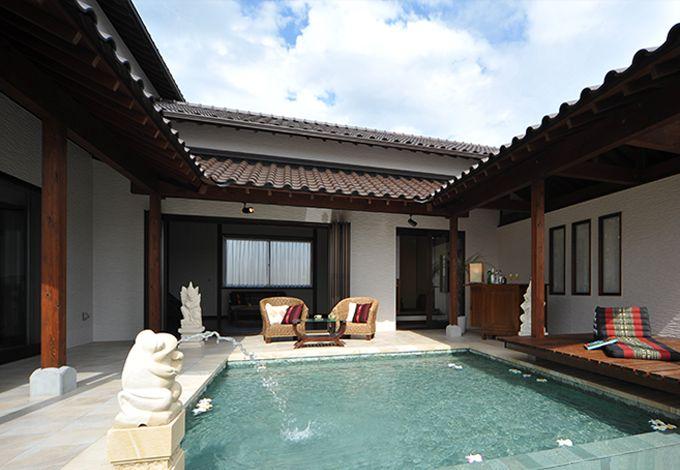 カネタケ竹内建築【デザイン住宅、自然素材、高級住宅】空間だけでなく四季や時間も楽しむプライベートガーデン。その脇には水辺にせり出すウッドデッキやバーカウンターを設け、一段と南国気分を味わえる