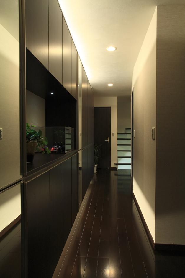 アイ・ディー・スリー 池田建設【デザイン住宅、収納力、狭小住宅】室内を出来るだけ広くする為、個室の収納は少なめにして廊下の壁面を収納として利用。間接照明も入れ落ち着いた雰囲気