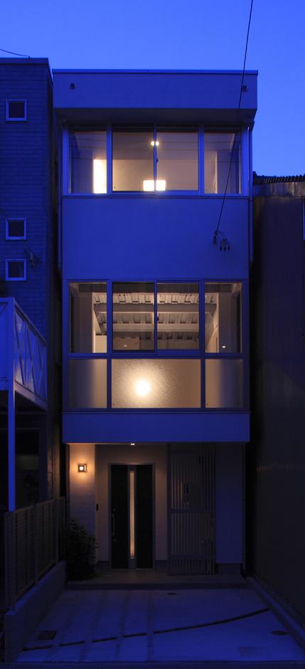 アイ・ディー・スリー 池田建設【デザイン住宅、収納力、狭小住宅】建物正面は重量鉄骨の構造を利用してほとんどがガラスでできているので日中は眩しい位の日差しが降りそそぐ