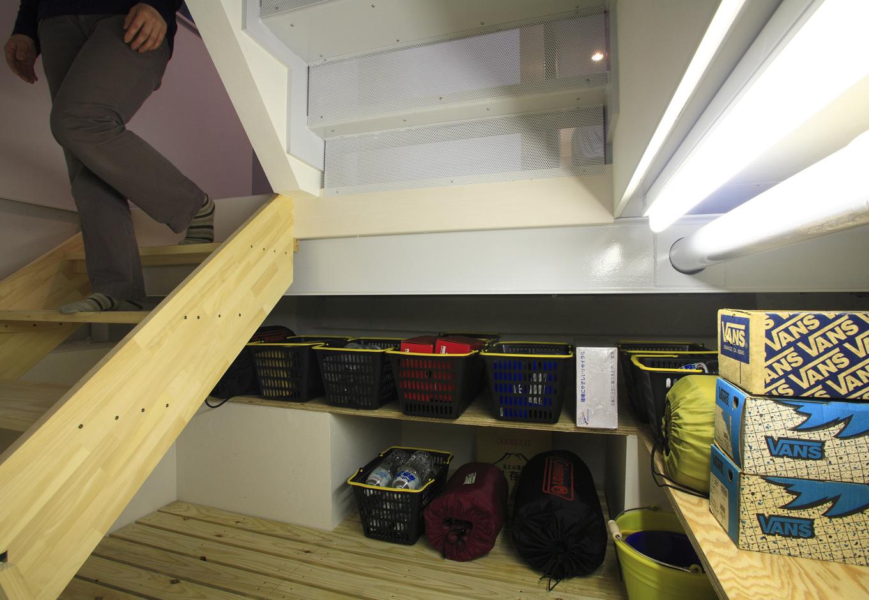 アイ・ディー・スリー 池田建設【デザイン住宅、収納力、狭小住宅】深く掘る基礎を利用した1階の床下にある高さ1.4mの半地下収納庫は季節物やキャンプ用品なども収納できて大活躍