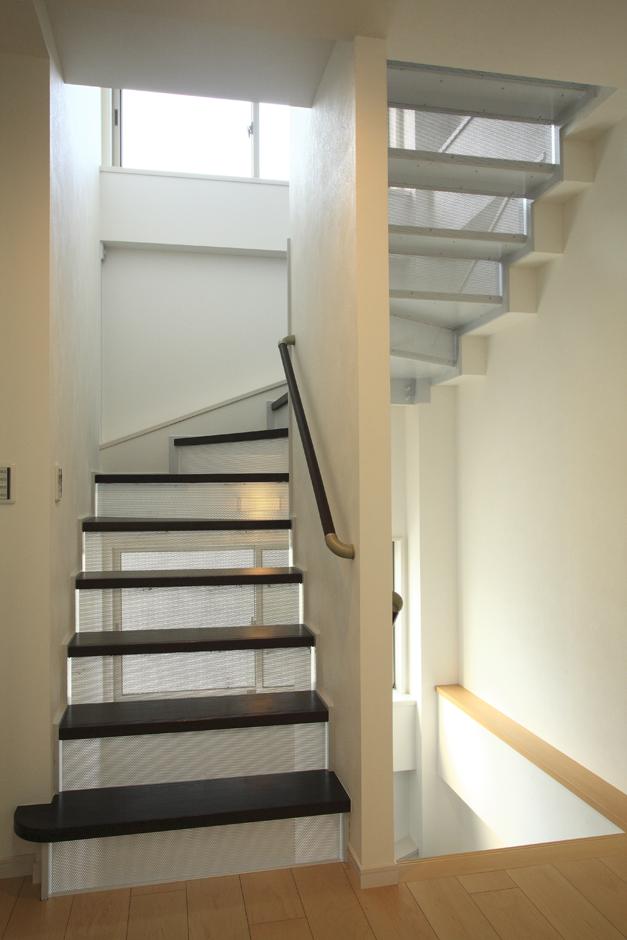 アイ・ディー・スリー 池田建設【デザイン住宅、収納力、狭小住宅】お洒落な鉄骨のストリップ階段には小さい子どもが落ちる事が無いようにパンチングメタルを付け安全対策もしている