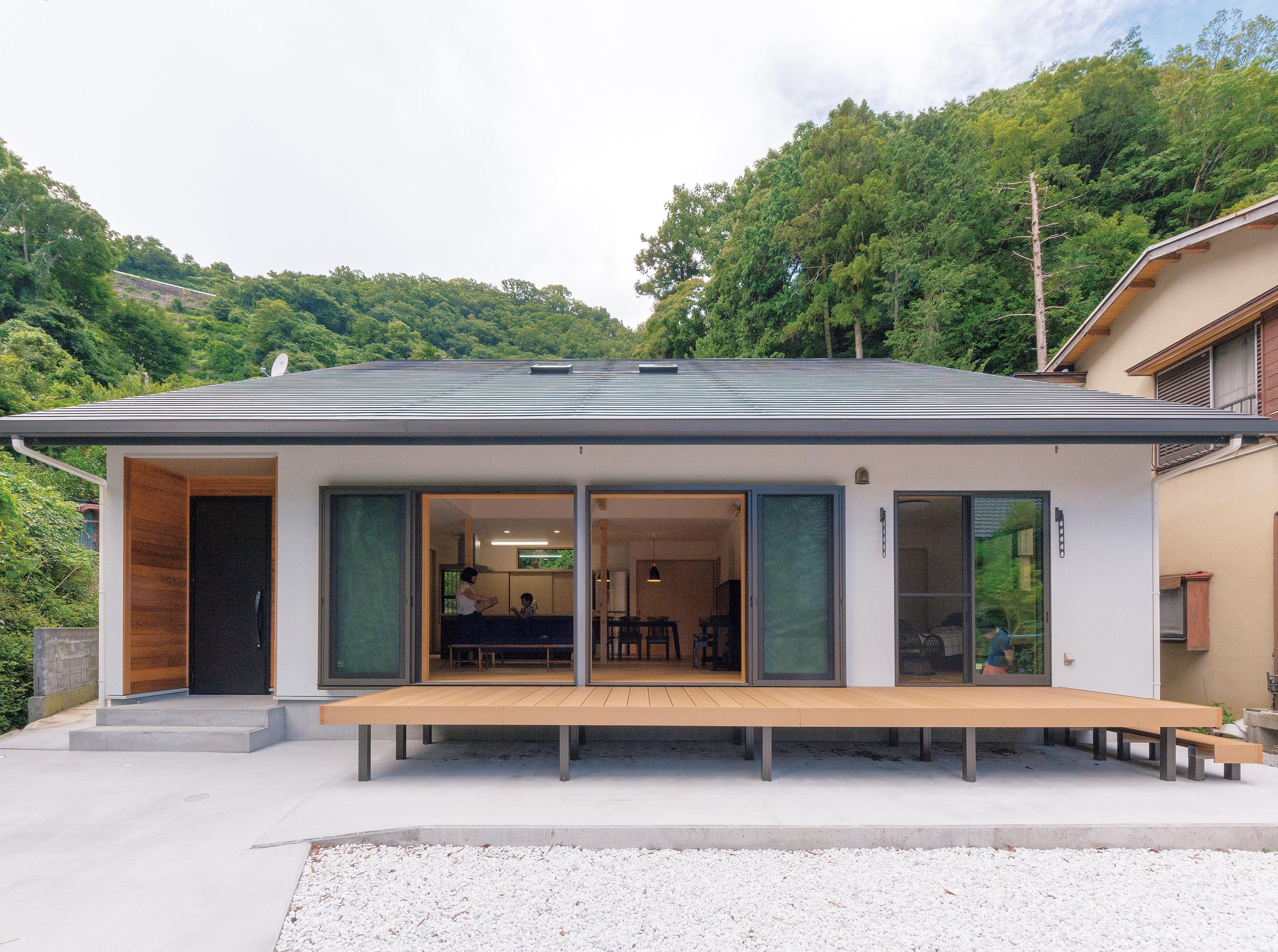 夏の暑さをしのぎ、冬はあったか。長い軒がある、片流れの屋根の家