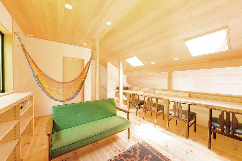 R+house三島(鈴木工務店)【子育て、二世帯住宅、趣味】片流れの屋根の高さがある部分だけが2階建て。若い世代が団らんを楽しむセカンドリビングを中心に、主寝室、子ども部屋、トイレがある