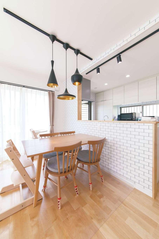 R+house三島(鈴木工務店)【子育て、自然素材、間取り】トム・ディクソンデザインの「ビートライトペンダントライト」がアクセント