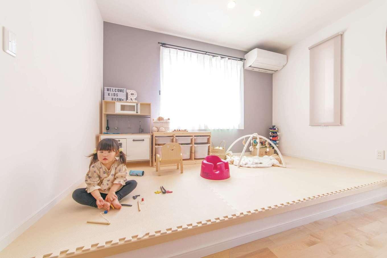 R+house三島(鈴木工務店)【子育て、自然素材、間取り】キッチンからダイニング越しに見える小上がり。料理など家事をしながら、子どもたちを見守れる