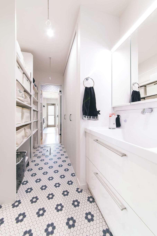 R+house三島(鈴木工務店)【子育て、自然素材、間取り】浴室、洗面脱衣室、パントリー、キッチンが一直線でパパ・ママ楽々