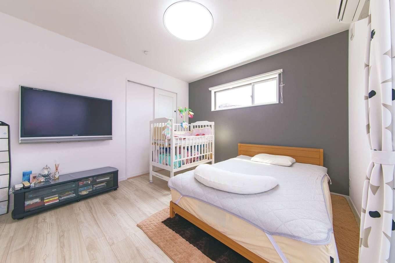 寝室は壁一面をグレーに。玄関、小上がりもトーンを変えて同様に