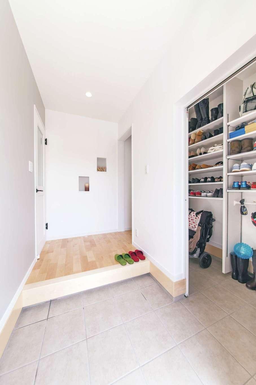 R+house三島(鈴木工務店)【子育て、自然素材、間取り】たっぷりと収納できるシューズクロークは、玄関のホールからも廊下からも室内からも出入りできる