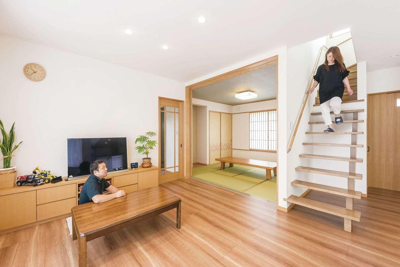 LDKの天井高は2m50cm。開放感抜群! 階段は、下部だけをスケルトンにし、階段上部の下を収納に