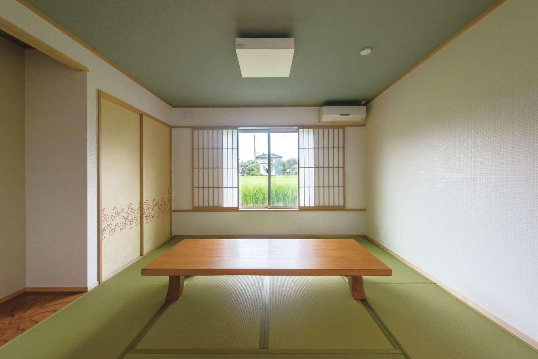 客間としても使える8畳の和室は天井高を少し下げ2m40cmに。落ち着きのある空間になった