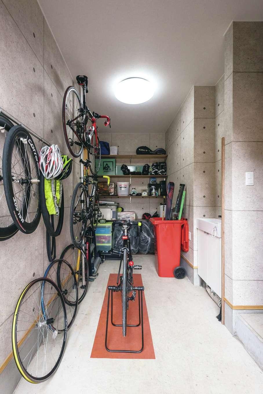外からも玄関からも行き来できる土間収納は、趣味の小部屋