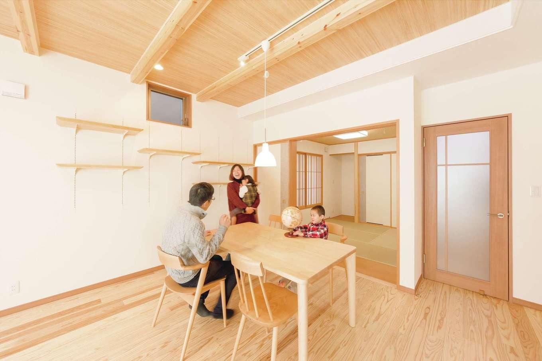 R+house三島(鈴木工務店)【和風、自然素材、間取り】リビングと和室が自然に繋がる開放的な間取り。奥の和室収納にはスーツが掛けられるパイプを設置。ご主人の朝の支度が1階だけで完結する