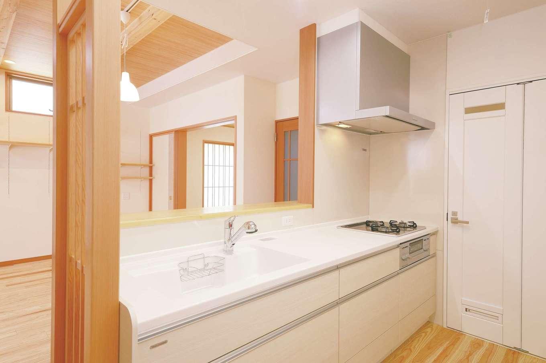 R+house三島(鈴木工務店)【和風、自然素材、間取り】玄関からLDKへ入ると真っ先にキッチンがある。木の格子が程よい目隠しに