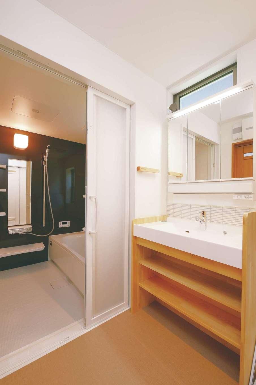 R+house三島(鈴木工務店)【和風、自然素材、間取り】洗面台は造作。手洗いでの洗濯ができるよう大きな洗面ボウルを選んだ
