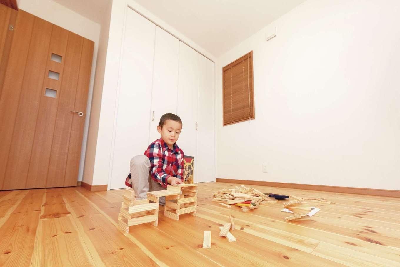 R+house三島(鈴木工務店)【和風、自然素材、間取り】2階床は無垢のパイン材。元気に遊びまわるお子さまをやわらかく受け止める