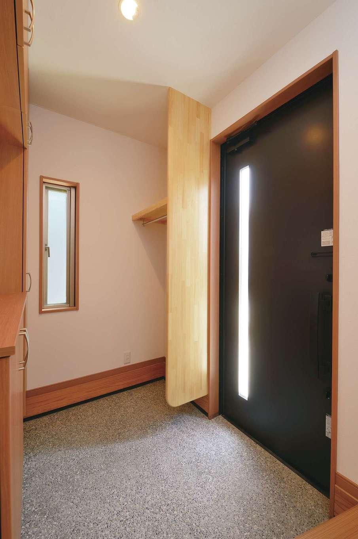 R+house三島(鈴木工務店)【和風、自然素材、間取り】玄関の床は化粧砂利洗い出し。ドアの奥にはコート掛けを設けた