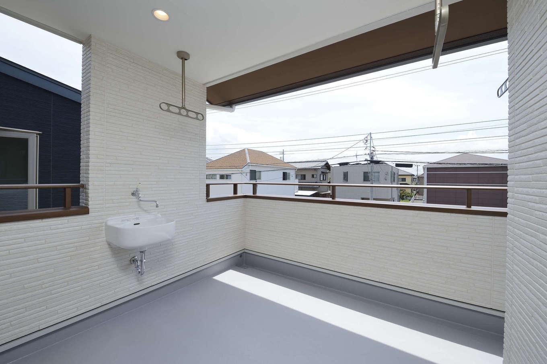 R+house三島(鈴木工務店)【和風、自然素材、間取り】2回物干しスペースには洗面台も完備で掃除にも便利