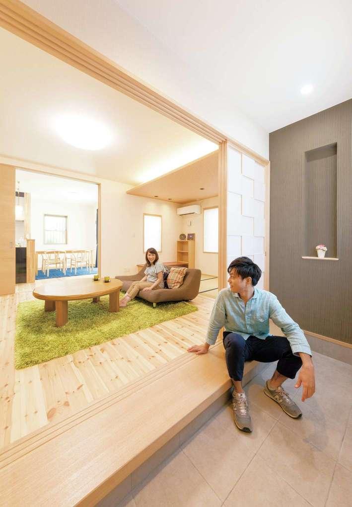 "R+house三島(鈴木工務店)【和風、自然素材、間取り】来客は、玄関土間から直接リビングへ。ここは、さながら""おばあちゃんちの居間""のよう。無垢床材や調湿と消臭機能を持たせた壁で、快適な空気に満ちる空間"