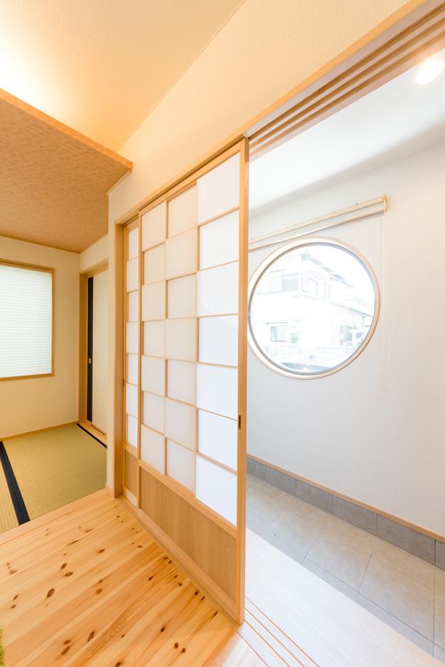 R+house三島(鈴木工務店)【和風、自然素材、間取り】リビングの障子は、障子紙を表裏交互に貼った職人技の「タイコ貼り」