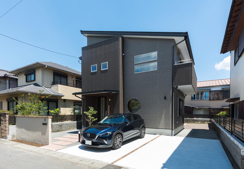 R+house三島(鈴木工務店)【和風、自然素材、間取り】黒いサイディングが精悍な外観。片流れの屋根、スリット窓、丸窓が表情を添える