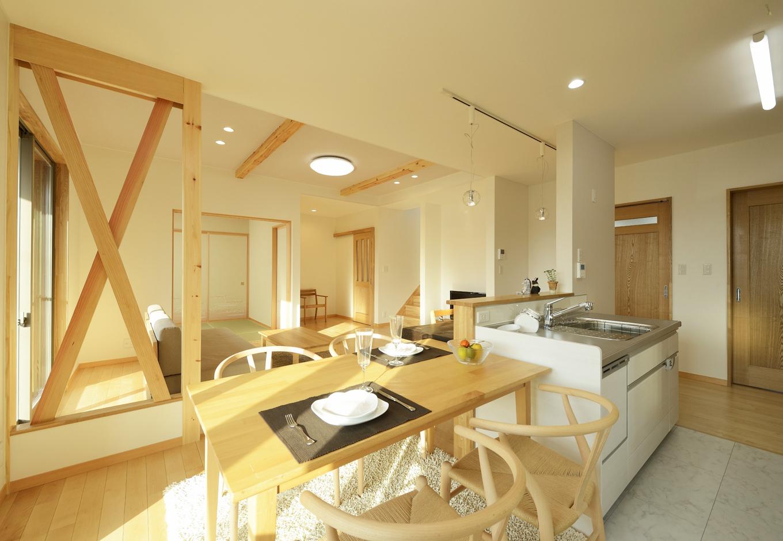 R+house三島(鈴木工務店)【デザイン住宅、収納力、自然素材】構造上必要な「筋交い」をあえて露出させ、上質な木の家であることを感じさせる。 この「筋交い」は無理すればとれるが、『鈴木工務店』の住まいの理念から無理はしない。 それは「お客様が永く住む家が安全安心でなければならない」からだとのこと