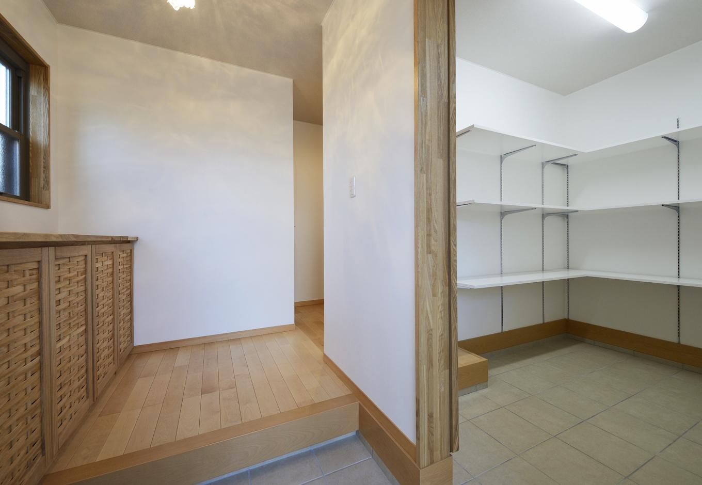 R+house三島(鈴木工務店)【デザイン住宅、収納力、自然素材】玄関横の広い土間収納はご主人のこだわり。 下足入りもこだわりの一品モノ
