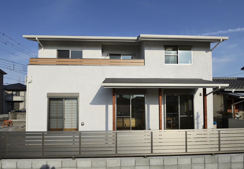 R+house三島(鈴木工務店)【デザイン住宅、収納力、自然素材】テラスにかかった「下屋」は夏場と冬場の日差しを調整してくれる
