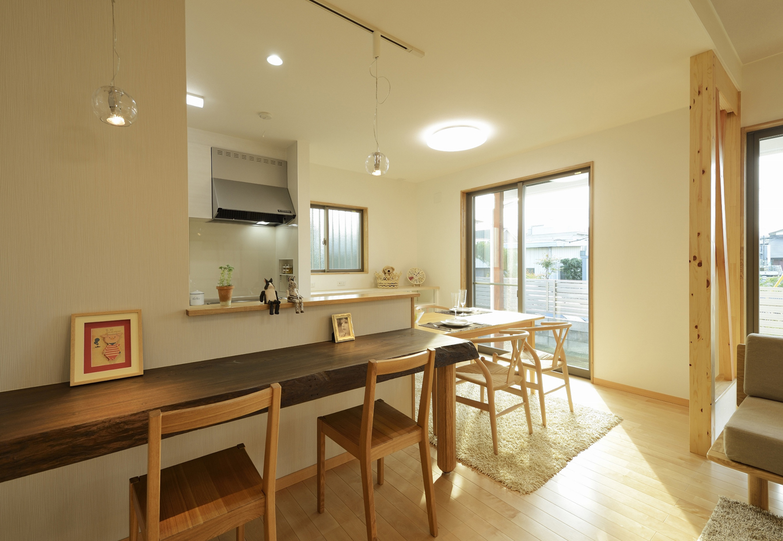 R+house三島(鈴木工務店)【デザイン住宅、収納力、自然素材】ダイニングカウンターは「神代ケヤキ」。奥深さのある色合いもマッチしている