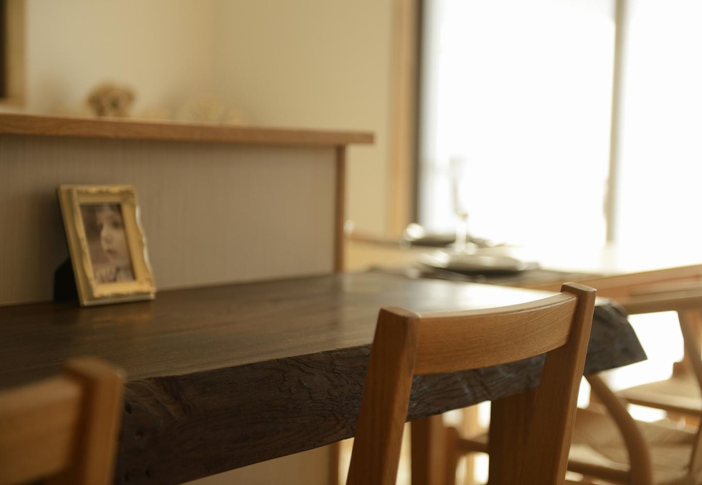 R+house三島(鈴木工務店)【デザイン住宅、収納力、自然素材】美しい「神代ケヤキ」のカウンター。「神代ケヤキ」とは太古から土に埋まったケヤキを発掘したもの。 扱いや仕入れは非常に難しいが、美しさは抜群