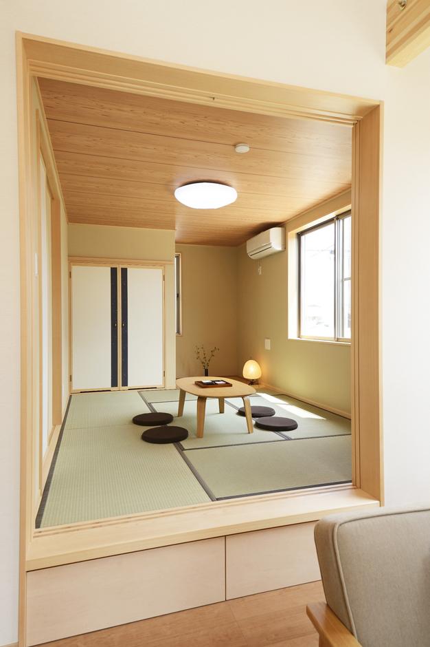 リビングから続いている小上がり和室。段差には引き出し収納を設置。 旅館建築も手掛けている『鈴木工務店』ではお手のもの