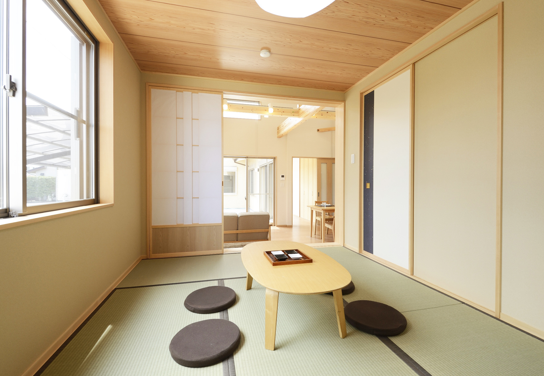 小上がり和室はあえて天井を抑え気味することで、目線に変化を出すことができる
