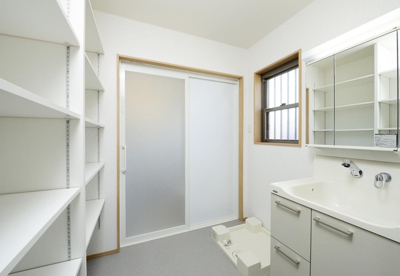 洗面所には水に強い材料で可動棚を制作しシンプルなデザインにしている