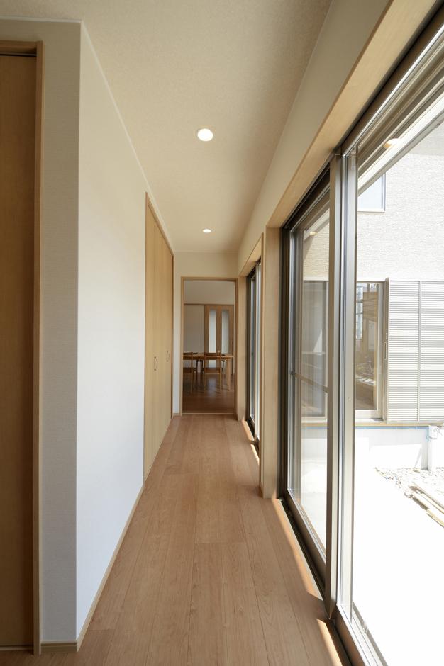 リビングと寝室をつなぐ広縁のような廊下。中庭を眺めながら歩ける