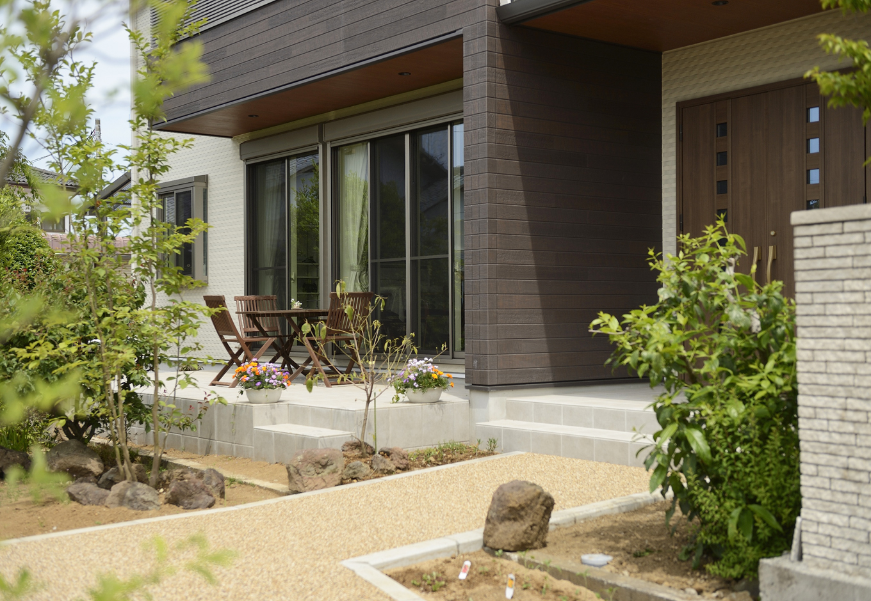 R+house三島(鈴木工務店)【デザイン住宅、和風、間取り】玄関までのアプローチ。友人とテラスでくつろげるスペースも