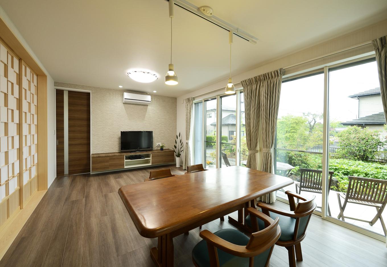 R+house三島(鈴木工務店)【デザイン住宅、和風、間取り】テラスや庭を眺められるリビング。太鼓貼りの障子は『鈴木工務店』ならではの一品