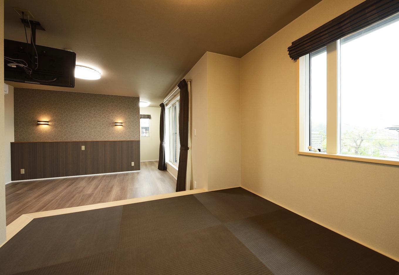 R+house三島(鈴木工務店)【デザイン住宅、和風、間取り】寝室は第2のリビング。ベッドに寝ながらテレビが楽に見られるよう、天井から吊り下げるようにした