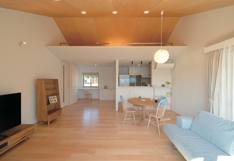 フジホーム【デザイン住宅、間取り、平屋】高い勾配天井のLDKは平屋とは思えない 開放感。レ・クリントのペンダントライトがアクセントに