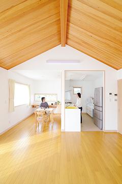 木と自然素材の塗壁が シンプルな空間に調和