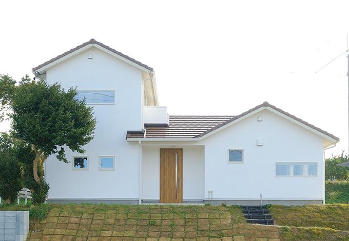 フジホーム【デザイン住宅、自然素材、夫婦で暮らす】シンプルで優しい印象の外観。白壁はスイス生まれの本物の天然成分100%の漆喰「カルクウォール」。環境に優し いだけでなく強度や防火性・断熱性・耐水性に優れ、汚れにくいのが特長
