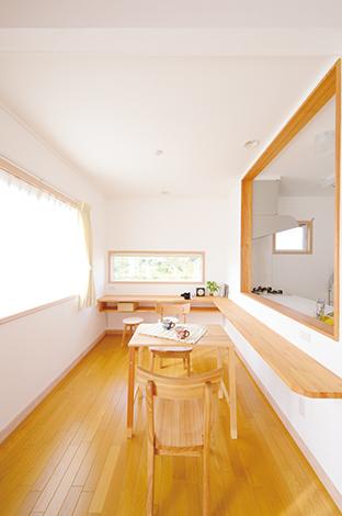 フジホーム【デザイン住宅、自然素材、夫婦で暮らす】ご夫妻の希望でカフェ風に仕上げたダイニング。ピクチャーウィンドウからは椅子に座るとちょうど外の風景を眺められるように設計した。のんびりとティータイムを 満喫できる