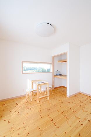 フジホーム【デザイン住宅、自然素材、夫婦で暮らす】2階の個室の収納はあえて扉をつけずに室内の広さを強調。床のパイン材の木目が生き生きとして美しい